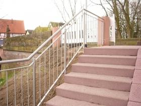senkrechte-staebe-markt-stockstadt-treppengelaender4